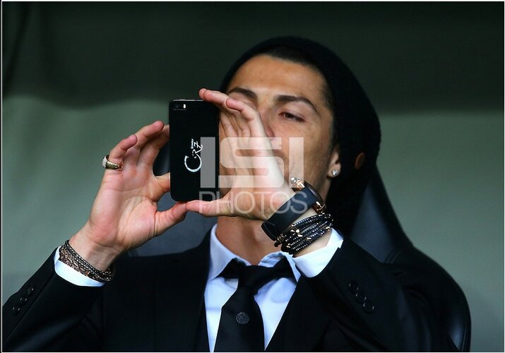 Ronaldo bị bắt gặp ngoài đời với chiếc iPhone.