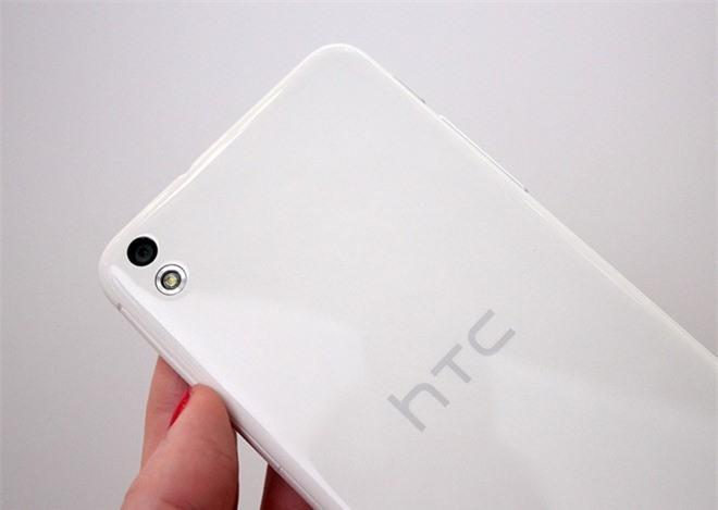 HTC Desire 816 được trang bị camera sau 13 megapixel trong khi cảm biến ảnh trước đạt độ phân giải 5 megapixel, cả hai đều tích hợp sẵn cả biến BSI và khả năng quay video Full HD.