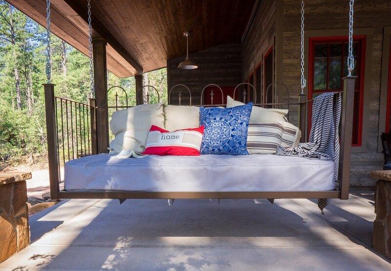 Hãy thường xuyên tạo sự thông thoáng cho nệm bằng cách tháo bỏ chăn, gối, ga giường ít nhất 30 phút mỗi ngày