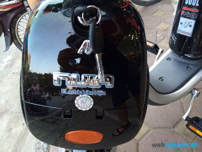 Cốp phía trước được dập nổi logo của Nijia