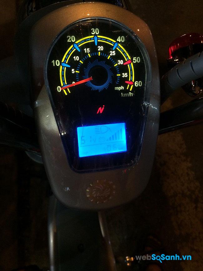 Đồng hồ điện tử theo dõi tốc độ, thời lượng điện rất tiện dụng
