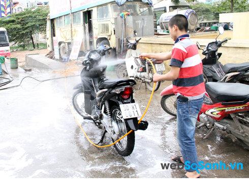Trước khi rửa xe cần phải tắt máy, cho động cơ xe nguội hẳn mới bắt đầu rửa