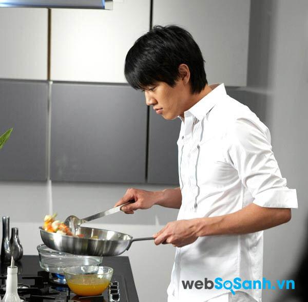 Con trai nấu ăn là một hình ảnh rất đẹp