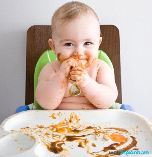Hãy chọn chiếc ghế dễ dàng làm sạch sau khi bé ăn