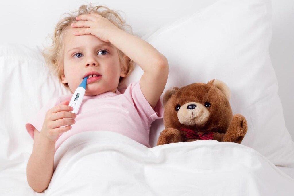 Nếu bé bị sốt cao không dứt bạn nên đưa bé đến cơ sở khám chữa bệnh