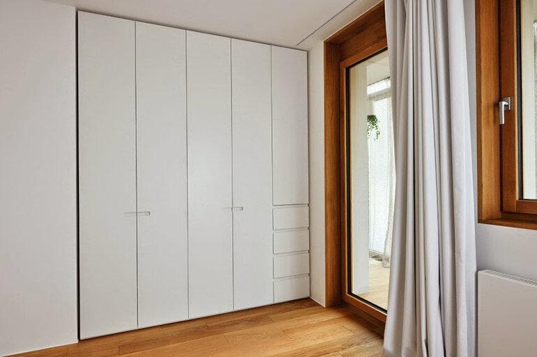 Tủ quần áo làm từ gỗ thông