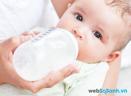 cần tìm loại sữa công thức không chứa đường lactose hoặc một loại sữa bổ sung men lactase