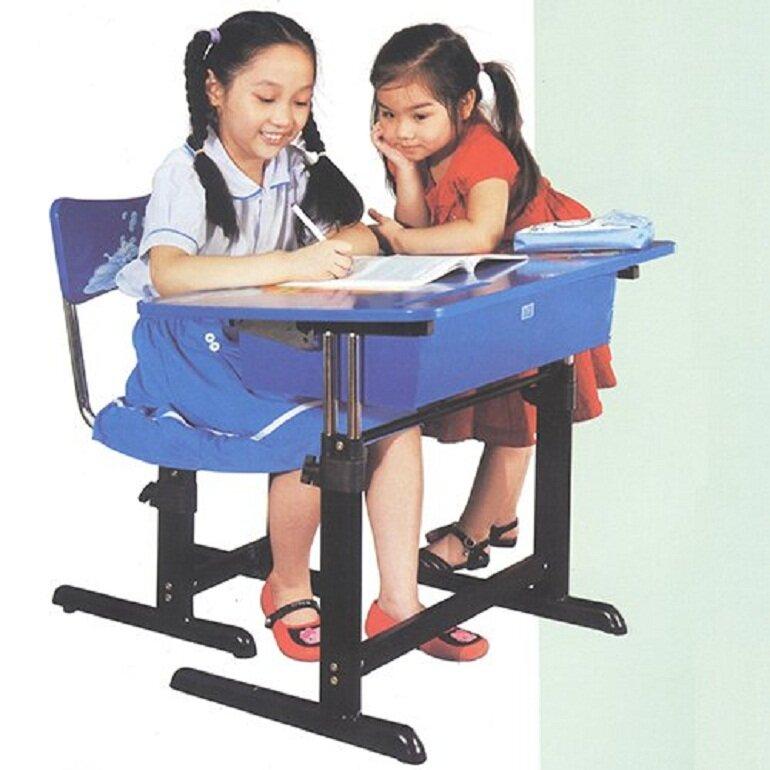 Bàn học Hòa Phát có thể điều chỉnh độ cao phù hợp với chiều cao và giai đoạn phát triển của trẻ