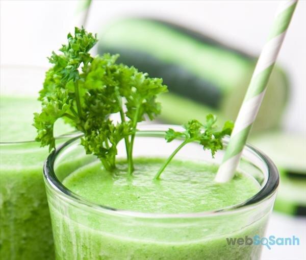 Rau mùi tây nếu sử dụng làm nước uống hàng ngày hoặc ăn sống nhiều sẽ khiến mẹ mất sữa hoàn toàn