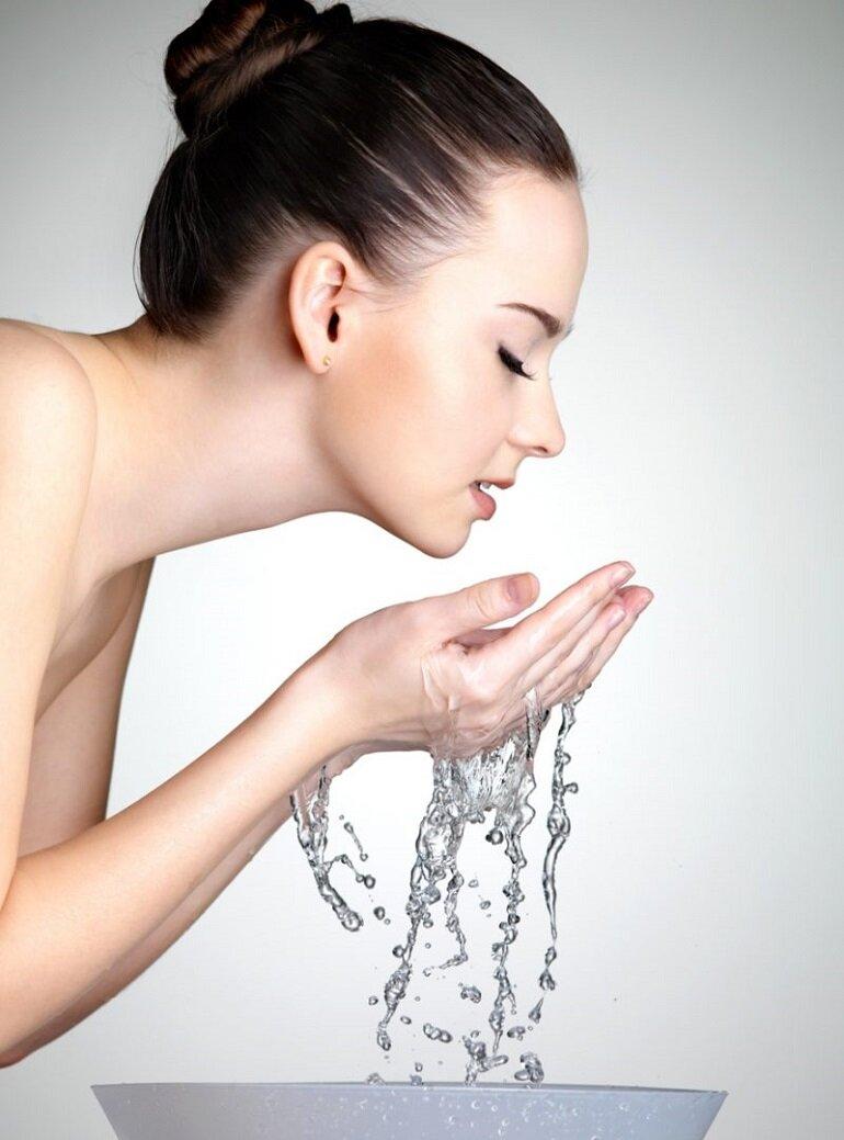 Những tác dụng tuyệt vời mà bạn chưa biết khi rửa mặt bằng nước ấm