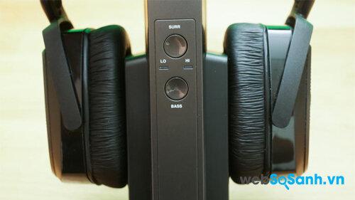 Hai nút bật-tắt chế độ Âm thanh vòm và Bass Boost ở mặt trước