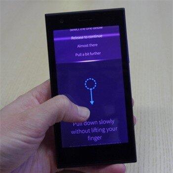 Sailfish OS ưu tiên phong cách điều khiển theo cử chỉ, tuy nhiên lại khá rối rắm và khó sử dụng