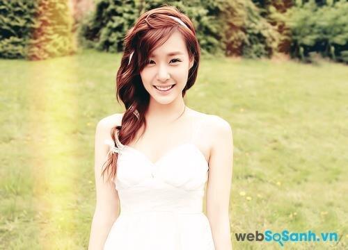 Bạn có thể thử nghiệm kiểu tóc tết lệch một bên như Tiffany của SNSD, trông nhẹ nhàng mà lại nữ tính!