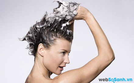 Dùng quá nhiều dầu gội đầu là nguyên nhân gây nên tóc xơ và yếu