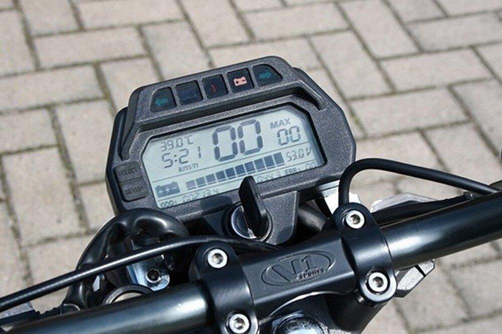 Có bảng hiển thị rõ ràng bạn sẽ chủ động điều khiển xe máy điện tốt hơn, an toàn hơn