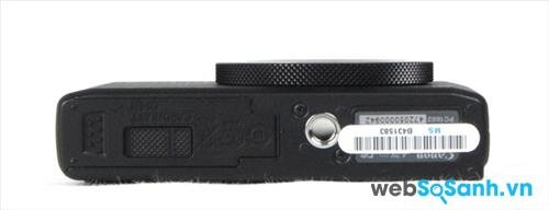 Cạnh đáy của máy có cửa gạt mở, bên trong chứa pin và thẻ nhớ