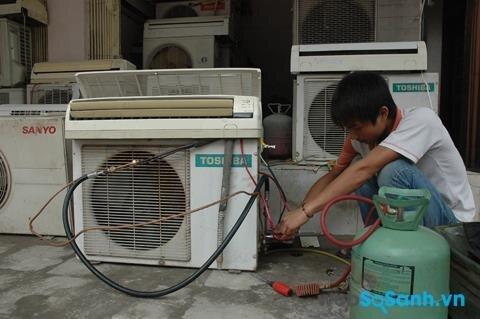 Khi điều hòa bị rò rỉ gas, bạn cần gọi thợ đến kiểm tra và sửa chữa hỏng hóc, bơm lại gas cho điều hòa