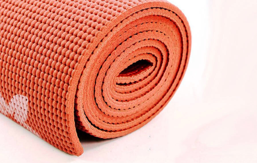 Thảm Yoga từ nhựa PVC có giá cả phải chăng nhưng lại khó bảo quản và giữ sạch