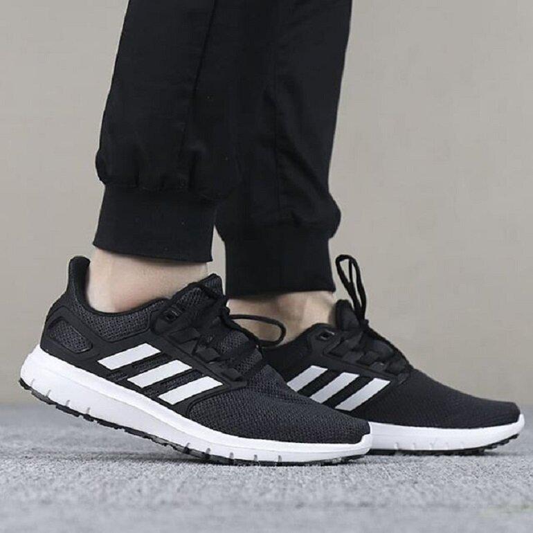 giày thể thao đen của adidas