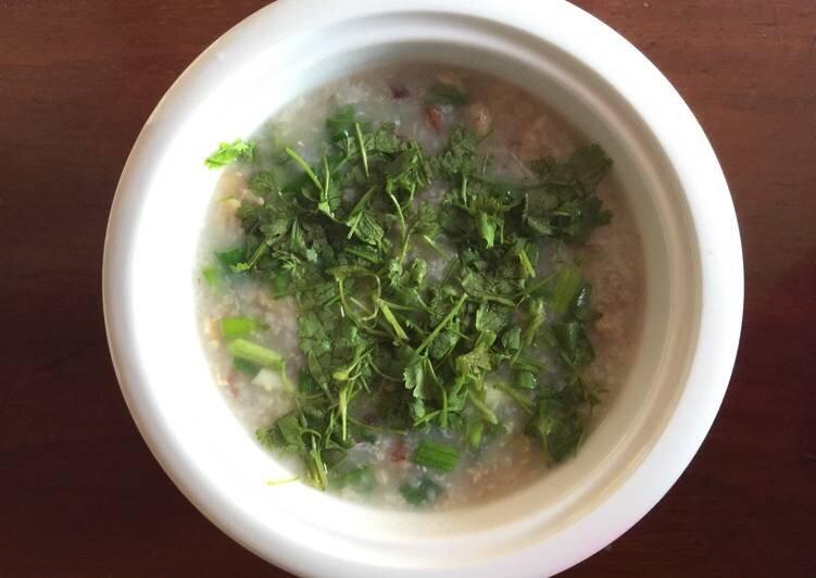 Nấu cháo gạo lứt với phần xương gà ngon bổ dưỡng