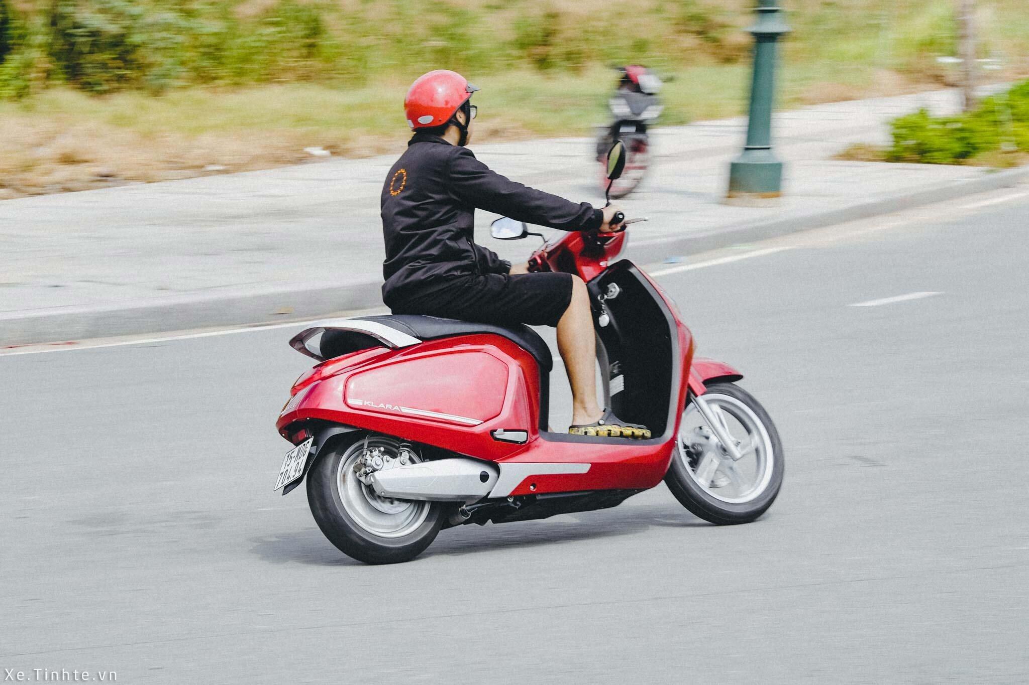 Đội mũ bảo hiểm để đảm bảo an toàn khi đi xe máy điện