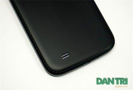 Nó tựa như Galaxy Note 3 với thiết kế giả da.