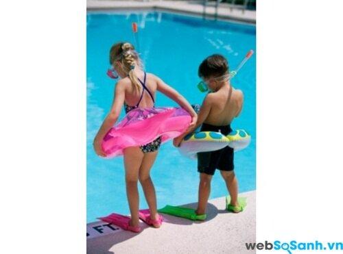 Đưa các bé tới bể bơi
