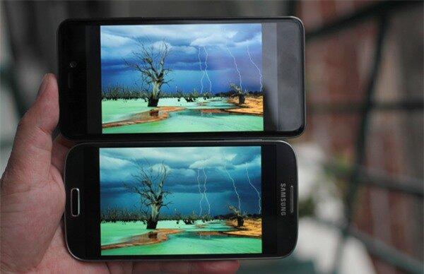 Q-Smart Dream SI đọ màn hình cùng Samsung Galaxy S4 3