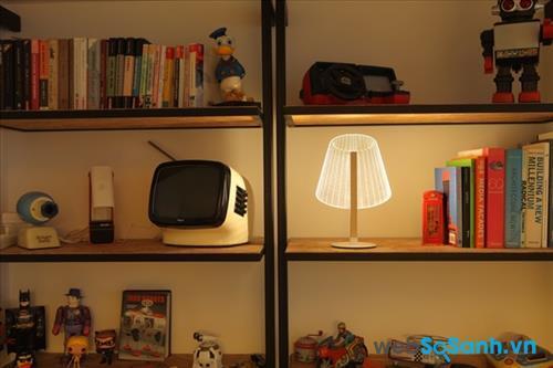 Một ngăn nhỏ trên giá sách cũng có thể đặt đèn chiếu sáng cho cả căng phòng