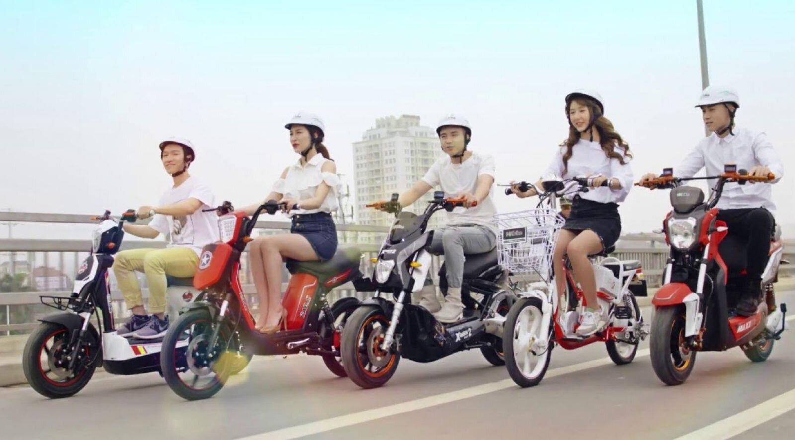 Chỉ nên đi từ một đến hai người trên xe máy điện để đảm bảo tải trọng an toàn