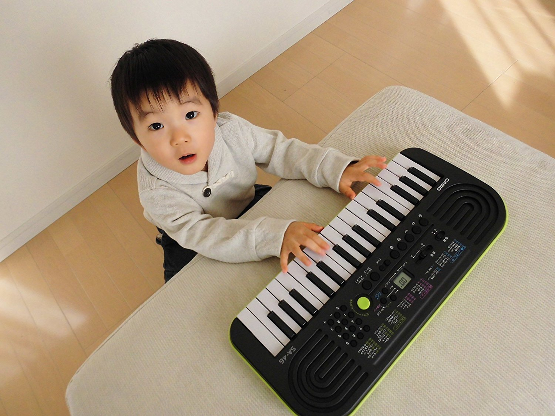 Đàn organ mini Casio SA-77 là món quà tuyệt vời ươm mầm tài năng nhí