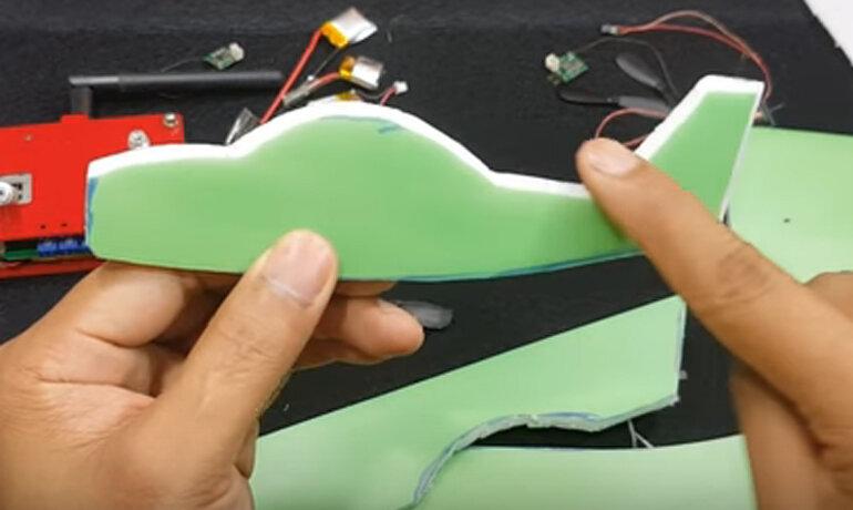 dùng dao dọc giấy cắt rời thân máy bay ra