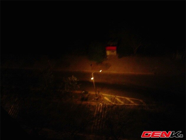Chụp tối với Nokia X: ảnh rung, nhòe và nhiều noise.