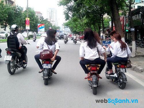 Việc đi xe đạp điện dàn hàng ngang từ 3 xe trở lên có thể bị phạt từ 50,000 đồng đến 60,000 đồng