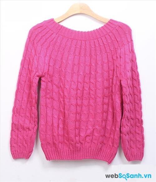 Không nên treo áo len bằng móc treo