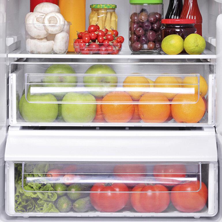 Dùng giấy nến giúp bạn tiết kiệm thời gian dọn tủ lạnh.