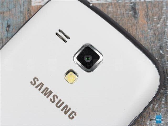 Camera chính 5MP phía sau kết hợp cùng đèn Flash LED trợ sáng