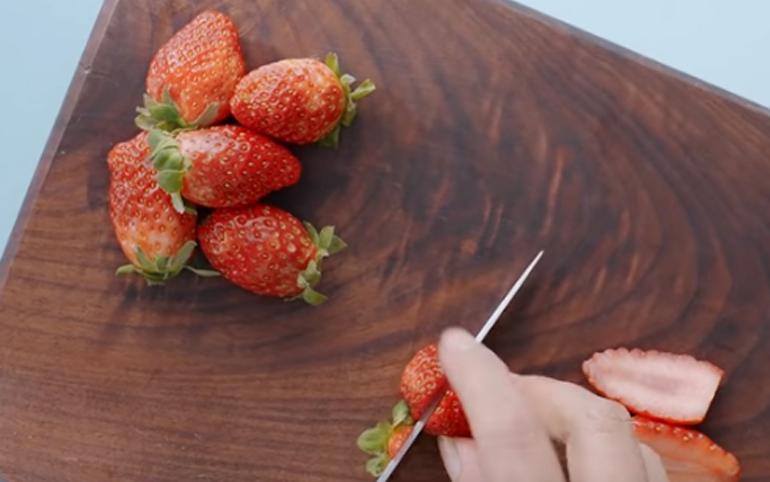 Cắt lát các loại hoa quả trái cây bạn thích ăn rồi trang trí trên nồi sữa chua đó.