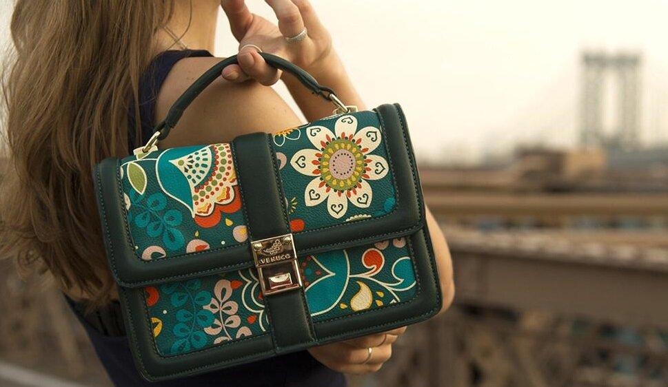 Chiếc túi cùng tông màu nhưng sắc thái đậm hoặc nhạt hơn giúp tôn lên vẻ thanh lịch
