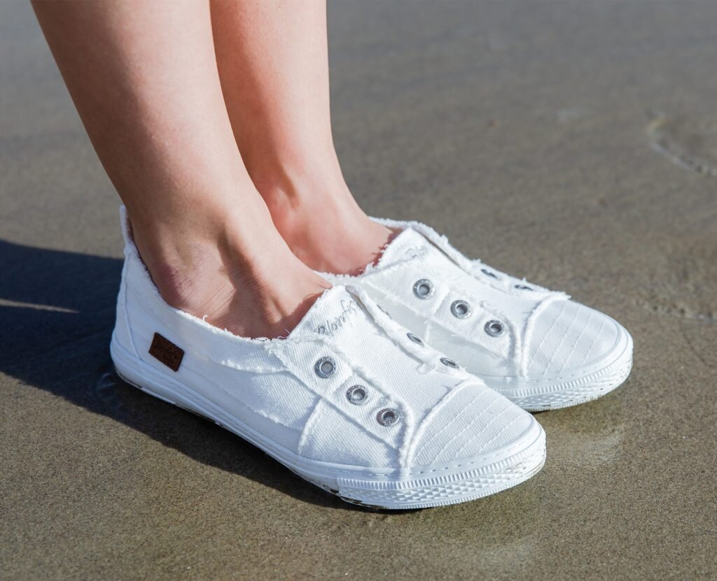 Giày Slip on đế bánh mì kiểu dáng thời trang là lựa chọn của nhiều chị em hiện nay