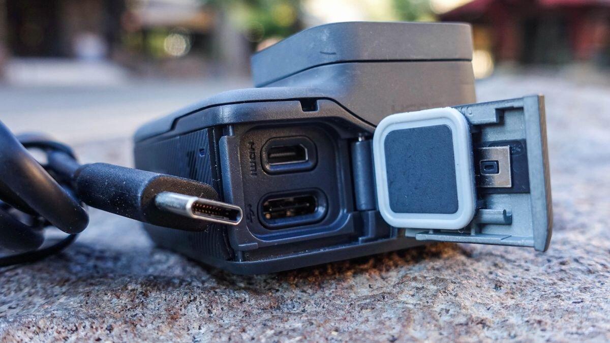 Cả GoPro 4 và 5 đều có cổng USB và cổng HDMI