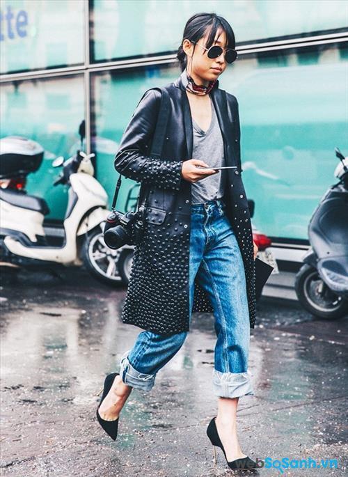 Buổi tối, trời sẽ se lạnh và mát mẻ hơn một chút, vì vậy bạn có thể kết hợp quần jeasn và áo T-shirt, mặc ngoài một chiếc áo khoác và thêm một chiếc khăn quàng mỏng nhẹ. Giống như cô gái này, cô chọn tông đen làm chủ đạo nên kính, áo khoác, túi xách và giày của cô ấy đều là đen. Để giúp trang phục thêm nổi bật, cô đã kết hợp với quần jeans xanh và T-shirt xám. Bạn có thể biến hóa theo cách của mình!