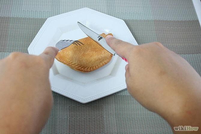 Dùng nĩa giữ một phần đồ ăn