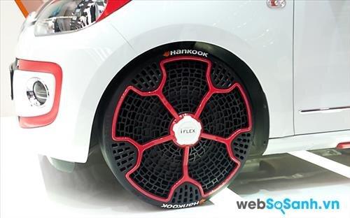 Chiếc lốp được gắn trên xe ô tô rất vừa vặn