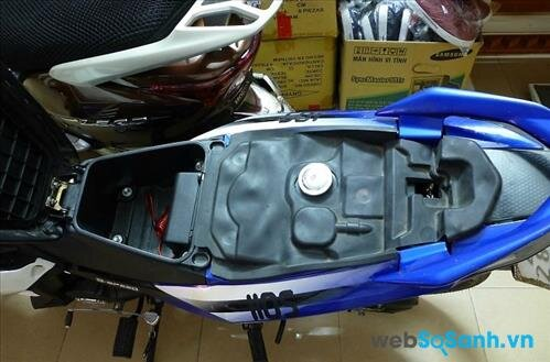 Cốp xe có thể chứa vừa 1 mũ bảo hiểm nửa đầu