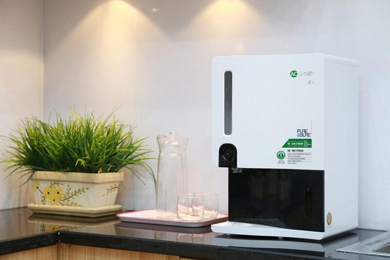 Máy lọc nước để bàn AO Smith Z4 có màn hình chiếu đèn led hiển thị các thông số dễ dàng sử dụng