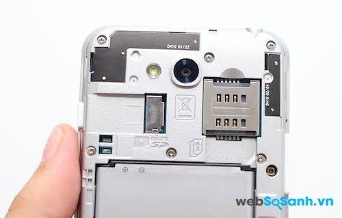 Nắp lưng của L90 Dual có thể tháo rời để thấy các khe cắm thẻ Sim và thẻ nhớ