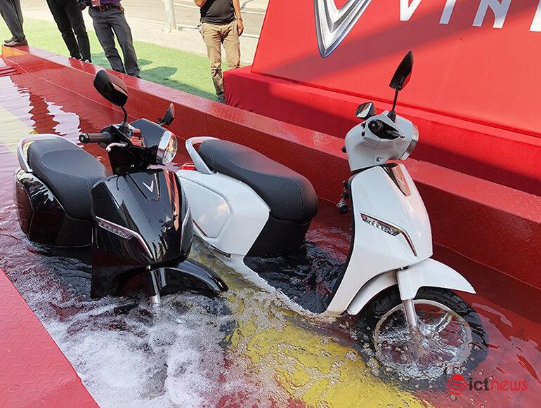 Xe máy điện VinFast khoe khả năng lội nước hơn nửa mét