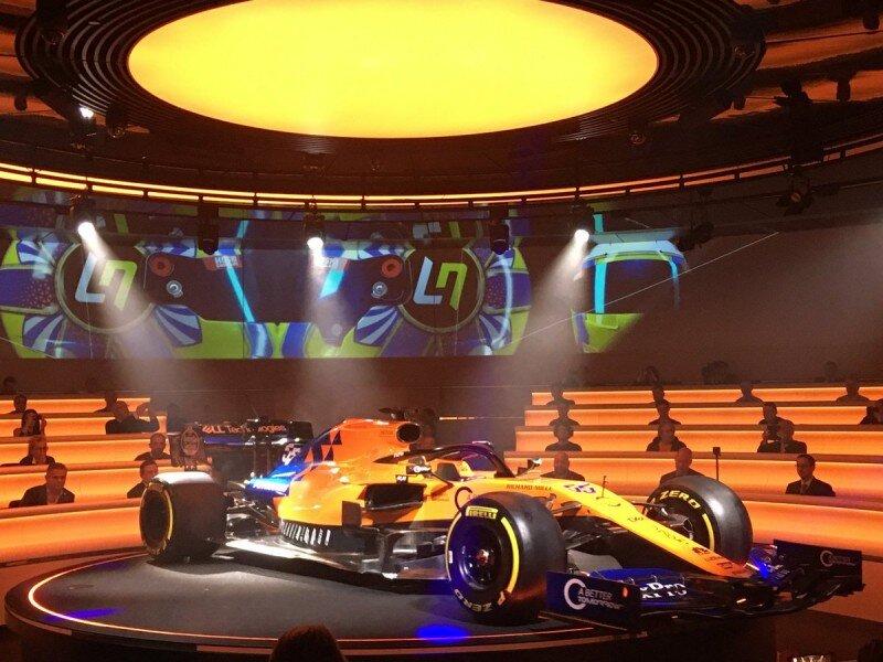 Một trong hai tay đua lái chiếc MCL34 để đưa ra những thay đổi cần thiết trước giải F1