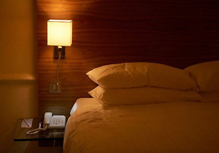 Đèn ngủ treo tường mangg phong cách hiện đại